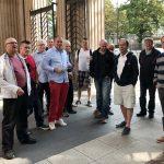 Gestapo-museon edustalla ja punaiset housut.