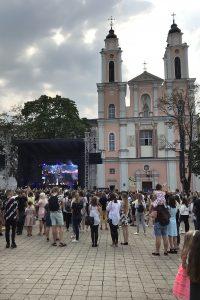 Koulujen alkamispäivän konsertti Kaunasin vanhassa kaupungissa.