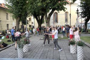 Tanssiva nuoriso juhlistaa koulujen alkamispäivää.